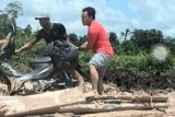 Sebelum menjadi gubernur, Sugianto Sabran pernah mendorong motor di ruas jalan Kolam