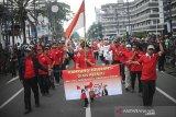 Warga Kampung Toleransi mengikuti Parade Bandung Rumah Bersama di Jalan Asia Afrika, Bandung, Jawa Barat, Sabtu (15/2/2020). Parade yang diikuti oleh 6.000 peserta dari kalangan lintas agama dan budaya tersebut digelar dalam rangka mewujudkan visi Kota Bandung yang Unggul, Nyaman, Sejahtera, dan Agamis serta memelihara kerukunan antar umat bergama. ANTARA JABAR/Raisan Al Farisi/agr