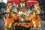Warga menaiki kendaraan yang dihias dengan ornamen India saat mengikuti Parade Bandung Rumah Bersama di Jalan Asia Afrika, Bandung, Jawa Barat, Sabtu (15/2/2020). Parade yang diikuti oleh 6.000 peserta dari kalangan lintas agama dan budaya tersebut digelar dalam rangka mewujudkan visi Kota Bandung yang Unggul, Nyaman, Sejahtera, dan Agamis serta memelihara kerukunan antar umat bergama. ANTARA JABAR/Raisan Al Farisi/agr