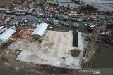 Foto udara suasana pembangunan kawasan galangan kapal di pelabuhan ikan Karangsong, Indramayu, Jawa Barat, Jumat (14/2/2020). Pembangunan galangan kapal dengan anggaran APBN sebesar Rp.70 miliar tersebut mampu menampung sekitar 300 kapal ikan berbobot 70 GT hingga 150 GT dan ditargetkan selesai pada akhir tahun 2020. ANTARA JABAR/Dedhez Anggara/agr
