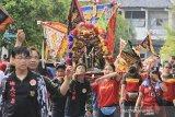 Sejumlah warga keturunan Tionghoa mengarak patung Kong cho Lok waya saat perayaan Cap Go Meh di Indramayu, Jawa barat, Jumat (14/2/2020). Kirab budaya kong cho yang mengelilingi kawasan kota tersebut dalam rangka puncak perayaan Cap Go Meh di Indramayu. ANTARA JABAR/Dedhez Anggara/agr
