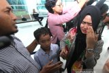 Nadia Ramadannisa Saubari (kanan) Warga Negara Indonesia (WNI) mengusap wajahnya saat bertemu dengan keluarganya di terminal Bandara Internasional Syamsudin Noor, Banjarbaru, Kalimantan Selatan, Minggu (16/2/2020). Sebanyak tujuh WNI asal Kalsel tiba di Bandara Internasional Syamsudin Noor dan telah di terima keluarga masing-masing setelah dinyatakan sehat usai menjalani observasi selama 14 hari di Natuna, Kepulauan Riau. Foto Antaranews Kalsel/Bayu Pratama S.