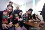 Warga Negara Indonesia (WNI) memberikan keterangan pers saat tiba di terminal Bandara Internasional Syamsudin Noor, Banjarbaru, Kalimantan Selatan, Minggu (16/2/2020). Sebanyak tujuh WNI asal Kalsel tiba di Bandara Internasional Syamsudin Noor dan telah di terima keluarga masing-masing setelah dinyatakan sehat usai menjalani observasi selama 14 hari di Natuna, Kepulauan Riau. Foto Antaranews Kalsel/Bayu Pratama S.