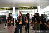 Warga Negara Indonesia (WNI) yang telah menjalani masa karantina selama 14 hari di Natuna, Kepulauan Riau tiba di terminal Bandara Internasional Syamsudin Noor, Banjarbaru, Kalimantan Selatan, Minggu (16/2/2020). Sebanyak tujuh WNI asal Kalsel tiba di Bandara Internasional Syamsudin Noor dan telah di terima keluarga masing-masing setelah dinyatakan sehat usai menjalani observasi selama 14 hari di Natuna, Kepulauan Riau. Foto Antaranews Kalsel/Bayu Pratama S.