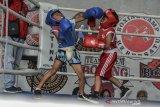 Dua atlet Petinju tingkat Sekolah Dasar (SD) saling pukul dalam kelas mini junior pada pertandingan kejuaraan tinju amatir antar pelajar se-Priangan Timur di Base CampPertina, Kota Tasikmalaya, Jawa Barat, Sabtu (15/2/2020). Peserta yang diikuti 99 atlet dari berbagai daerah di Priangan Timur bertujuan untuk mencari bibit atlet yang berprestasi serta meminimalisir kenakalan remaja diusia sekolah. ANTARA JABAR/Adeng Bustomi/agr