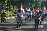 Warga asal Banyuwangi menaiki sepeda saat melintas di Jember, Jawa Timur, Minggu (16/2/2020). Warga yang sebagian besar berasal dari kawasan penambangan emas Tumpang Pitu, Pesanggaran, Banyuwangi itu bersepeda menuju Surabaya menempuh jarak 310 Km untuk bertemu Gubernur Jawa Timur Khofifah Indar Parawansa untuk menuntut pencabutan Izin Usaha Pertambangan emas di Tumpang Pitu, dan sekitarnya. Antara Jatim/Seno/zk.