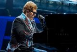 Kehilangan suara, Elton John terpaksa tinggalkan panggung
