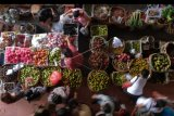 Sejumlah warga mencari berbagai keperluan menjelang Hari Raya Galungan di Pasar Kreneng, Denpasar, Bali, Senin (17/2/2020). Pasar tradisional di Bali dipadati warga yang mencari keperluan buah-buahan, bunga, janur dan kebutuhan pokok untuk Hari Raya Galungan pada Rabu (19/2/2020). ANTARA FOTO/Nyoman Hendra Wibowo/nym.