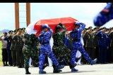 Prajurit TNI membawa peti jenazah korban kecelakaan Heli MI-17 saat upacara pelepasan di Hanggar Base Ops Lanud Silas Papare Sentani, Jayapura, Papua, Senin (17/2/2020). Delapan dari 12 prajurit TNI yang gugur dalam kecelakaan Helikopter Mi-17 di Pegunungan Mandala, Distrik Oksob, Kabupaten Pegunungan Bintang, Papua, dilepas dengan upacara militer. ANTARA FOTO/Gusti Tanati/nym
