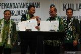 Presiden Persebaya Azrul Ananda (kedua kiri) dan Rektor Universitas Muhammadiyah Surabaya Sukadiono (kedua kanan) menunjukkan dokumen kerja sama usai ditandatangani di Universitas Muhammadiyah Surabaya, Jawa Timur, Senin (17/2/2020). Kerja sama itu berupa sponsorship antara Universitas Muhammadiyah Surabaya dengan klub sepak bola Persebaya. Antara Jatim/Didik/Zk
