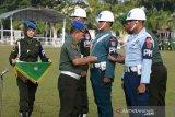 Kepala Staf Kodam Iskandar Muda, Brigjen TNI Achmad Daniel Chardin (kedua kiri) menyematkan pita kepada prajurit Polisi Militer (POM) saat upacara Gelar Operasi Penegakan, Penertiban (Gaktib) dan Yustisi tahun 2020 di Banda Aceh, Aceh, Senin (17/2/2020). Operasi Gaktib dan Yustisi tahun 2020 yang bertujuan sadar penegakan hukum di jajaran TNI itu manargetkan nihil pelanggaran. Antara Aceh/Ampelsa.
