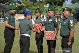 Kepala Staf Kodam Iskandar Muda, Brigjen TNI Achmad Daniel Chardin (kedua kiri) menyerahkan penghargaan kepada dua perwira dan seorang anggota Babinsa Kodim 0117 Aceh Tamiang saat upacara Gelar Operasi Penegakan, Penertiban (Gaktib) dan Yustisi tahun 2020 di Banda Aceh, Aceh, Senin (17/2/2020). Penghargaan itu diberikan kepada perwira dan anggota Babinsa Kodim 0117 itu atas prestasi mereka berhasil menggagalkan penyelundupan sebanyak 19 kilogram narkotika jenis sabu dan 40.000 butir pil ektasi dan pil happy five di areal perkebunan sawit kabupaten Aceh Tamiang, Aceh awal Januari tahun 2020. Antara Aceh/Ampelsa.