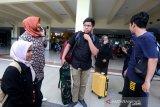 Mahasiswa asal Aceh yang kuliah di Wuhan ibu kota provinsi Hubei, Republik Rakyat Tiongkok Siti Mawaddah (kiri), Ory Safwar (tengah) dan Hayatul Hikmah (dua kanan) yang telah melewati masa karantina  dan observasi Coronavirus Disease (COVID-19) selama 14 hari di Natuna, Kepulauan Riau tiba di terminal Bandara Internasional Sultan Iskandar Muda, Aceh Besar, Aceh, (17/2/2020). Sebanyak delapan dari 11 WNI asal Aceh yang berstatus mahasiswa dan bebas dari infeksi COVID-19 disambut keluarga dan para kerabat, sementara tiga lainnya dijadwalnya sampai pada 18 Februari 2020. Antara Aceh/Irwansyah Putra.