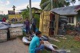 Truk Fuso bermuatan ikan terbalik di Aceh Timur