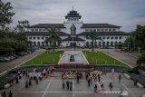 Sejumlah warga berfoto di Taman Gedung Sate, Bandung, Jawa Barat, Selasa (18/2/2020). Gubernur Jawa Barat Ridwan Kamil menyatakan, Gedung Sate telah dijadikan destinasi wisata sejarah dalam rangka menyambut usianya yang genap 100 tahun pada 2020 ini. ANTARA JABAR/Raisan Al Farisi/agr