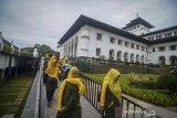 Sejumlah warga mengunjungi Taman Gedung Sate, Bandung, Jawa Barat, Selasa (18/2/2020). Gubernur Jawa Barat Ridwan Kamil menyatakan, Gedung Sate telah dijadikan destinasi wisata sejarah dalam rangka menyambut usianya yang genap 100 tahun pada 2020 ini. ANTARA JABAR/Raisan Al Farisi/agr