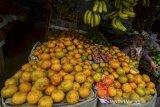 Pedagang menunggu calon pembeli di lapaknya Pasar Wetan, Kota Tasikmalaya, Jawa Barat, Selasa (18/2/2020). Akibat Kementerian Perdagangan (Kemendag) menghentikan sementara impor bahan pangan, prodak makanan dan minuman dari China untuk mengantisipasi penyebaran virus korona, berdampak kepada pedagang buah-buahan, yang biasanya menjual buah impor seperti jeruk mandari, anggur, dan lengkeng, omset yang didapat menurun 20 persen karena dibanjiri buah lokal dengan harga mahal. ANTARA JABAR/Adeng bustomi/agr