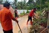Antisipasi longsor,BPBD Agam bersihkan material tanah di pinggir jalan