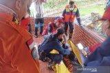 Petugas evakuasi jasad anak hanyut di aliran sungai Bandung