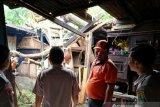 Angin puting beliung mengamuk, belasan rumah di Kelurahan Banjar Serasan rusak