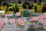 Polisi menunjukkan tersangka dan barang bukti saat ungkap kasus peredaran narkotika di Polrestabes Surabaya, Jawa Timur, Selasa (18/2/2020). Sejak tanggal 1 Januari 2020 sampai 17 Februari 2020 Polrestabes Surabaya dan Polsek jajaran mengungkap 153 kasus penyalahgunaan narkotika dengan menangkap 200 tersangka dan mengamankan barang bukti beberapa diantaranya sabu seberat 32,3 kilogram, pil ekstasi sebanyak 14.283 butir dan pil koplo sebanyak 3,8 juta butir. Antara Jatim/Didik/Zk