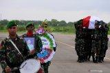 Jenazah Pratu Yanuarius Loe tiba di bandara El Tari Kupang