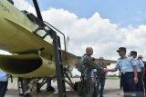 Kepala Staf TNI Angkatan Udara Marsekal TNI Yuyu Sutisna (kanan) berbincang dengan penerbang dari pabrik pesawat Lockheed Martin Amerika Serikat di sela-sela