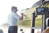 Kepala Staf TNI Angkatan Udara Marsekal TNI Yuyu Sutisna membubuhkan tanda tangan pada pesawat F-16 sesaat sebelum