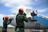 Prajurit TNI AU mengamankan pilot dan pesasawat asing yang melanggar masuk wilayah udara Indonesia saat berlangsung Latihan Pertahanan Udara di Pangkalan Udara Sultan Iskandar Muda (Lanud SIM), Aceh Besar, Aceh, Rabu (19/2/2020). Latihan Pertahanan Udara dengan Sandi Kilat C20 tahun 2020 melibatkan Skadron Udara 12, Pesawat Hawk 100/200 itu untuk meningkatkan kemampuan prajurit TNI AU dalam mengamankan dan mempertahankan wilayah udara NKRI dari ancaman pihak asing. Antara Aceh/Ampelsa.