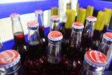 Pekerja memberi segel botol sirup di pabrik sirup 'Siropen Telasih' di Surabaya, Jawa Timur, Selasa (18/2/2020). Pabrik sirup peninggalan Belanda yang saat ini merupakan Badan Usaha Milik Daerah (BUMD) Provinsi Jawa Timur itu memproduksi sirup berbagai macam rasa yang dijual ke berbagai daerah. Antara Jatim/Didik/Zk