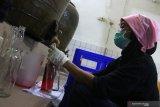 Pekerja mengisi sirup ke dalam botol di pabrik sirup 'Siropen Telasih' di Surabaya, Jawa Timur, Selasa (18/2/2020). Pabrik sirup peninggalan Belanda yang saat ini merupakan Badan Usaha Milik Daerah (BUMD) Provinsi Jawa Timur itu memproduksi sirup berbagai macam rasa yang dijual ke berbagai daerah. Antara Jatim/Didik/Zk