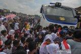 Ribuan warga dan pelajar menyambut kedatangan Kereta Api Inpeksi 4 pada uji coba perlintasan jalur Cibatu-Garut di Stasiun Garut, Kampung Mawar, Kabupaten Garut, Jawa Barat, Rabu (19/2/2020). Uji coba kereta api realisasi Cibatu-Garut yang direaktivasi sejak 2018 telah memasuki tahap akhir, dengan rangkaian kereta telah beberapa kali dilakukan di jalur yang telah mati sejak 1983 silam. ANTARA JABAR/Adeng Bustomi/agr