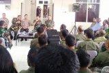 Keterlibatan warga lokal asli Papua dalam evakuasi korban helikopter