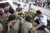 Sejumlah petugas Satpol PP menertibkan pedagang durian musiman yang berjualan di trotoar di Kota Gorontalo, Gorontalo, Rabu (19/2/2020). Penertiban tersebut dilakukan seiring maraknya pedagang musiman yang berjualan di atas trotoar yang menganggu akses pejalan kaki. (ANTARA FOTO/Adiwinata Solihin)