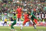 Pesepakbola Persebaya Mahmod Eid (kanan) berebut bola dengan pesepakbola persija Maman A Rahman (kedua kiri) dalam final Piala Gubernur Jawa Timur di Gelora Delta, Sidoarjo, Jawa Timur, Kamis (20/2/2020). Antara Jatim/Zabur Karuru