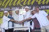 Owner PS Barito Putera Hasnuryadi Sulaiman (tiga kiri) bersama sejumlah perwakilan suporter Barito Putera memperlihatkan berkas pakta integritas pada acara syukuran perkenalan tim dan seragam baru Barito Putera 2020 di Banjarmasin, Kalimantan Selatan, Kamis (20/2/2020) malam. Manajemen PS Barito Putera memperkenalkan 29 pemain serta seragam baru yang akan menjalani laga pada liga 1 2020. Foto Antaranews Kalsel/Bayu Pratama S.