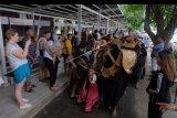 Wisatawan menyaksikan atraksi Barong Bangkung dalam tradisi Ngelawang di Pantai Sanur, Denpasar, Bali, Kamis (20/2/2020). Tradisi berkeliling membawakan tari barong tersebut merupakan rangkaian dari Hari Raya Galungan sebagai ritual tolak bala untuk membersihkan lingkungan desa dari hal-hal negatif. ANTARA FOTO/Nyoman Hendra Wibowo/nym.