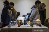 Pengunjung melihat pameran Urban Toys di Galeri Yuliansyah Akbar, Bandung, Jawa Barat, Kamis (20/2/2020). Pameran Urban Toys yang bertema Reinkarnasi ini memadukan gaya steampunk dan diangkat dari aktivitas sehari-hari warga di terminal Leuwi Panjang yang diterjemahkan menjadi karya berbentuk urban toys. ANTARA JABAR/M Agung Rajasa/agr
