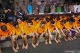 Kapolres Tulungagung AKBP Eva Guna Pandia (keenam kanan) bersama jajaran Forkopimda, BNN dan MUI merilis hasil ungkap jaringan pengedar narkoba di Tulungagung, Jawa Timur, Kamis (20/2/2020). Sebanyak 40 tersangka dalam 37 operasi penangkapan yang dilakukan jajaran kepolisian setempat selama kurun sebulan terakhir dengan jumlah barang bukti sebanyak 12,8 gram sabu, uang Rp3,65 juta, serta dobel L lebih dari 4.000 butir. Antara Jatim/Destyan Sujarwoko/zk