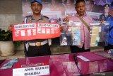 Polisi merilis hasil ungkap jaringan pengedar narkoba berikut barang bukti di Tulungagung, Jawa Timur, Kamis (20/2/2020). Sebanyak 40 tersangka dalam 37 operasi penangkapan yang dilakukan jajaran kepolisian setempat selama kurun sebulan terakhir dengan jumlah barang bukti sebanyak 12,8 gram sabu, uang Rp3,65 juta, serta dobel L lebih dari 4.000 butir. Antara Jatim/Destyan Sujarwoko/zk