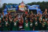 Gubernur Jawa Timur Khofifah Indar Parawansa (tengah) bersama tim Persebaya melakukan selebrasi usai menyerahkan Piala Gubernur Jawa Timur 2020 di Stadion Gelora Delta Sidoarjo, Jawa TImur, Kamis (20/2/2020). Persebaya menjadi juara setelah mengalahkan Persija dengan skor 4-1. Antara Jatim/Zabur Karuru
