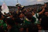 Sejumlah suporter Persebaya berusaha berswafoto dengan pesepakbola Persebaya usai menerima Piala Gubernur Jawa Timur 2020 di Stadion Gelora Delta Sidoarjo, Jawa TImur, Kamis (20/2/2020). Persebaya menjadi juara Piala Gubernur Jawa Timur 2020 setelah mengalahkan Persija dengan skor 4-1. Antara Jatim/Zabur Karuru