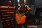 Pekerja menyelesaikan pembuatan dodol di Pabrik Produksi Dodol Picnic, Kabupaten Garut, Jawa Barat, Kamis (20/2/2020). Pemilik usaha makanan khas garut dodol Picnic yang berdiri sejak tahun 1949 tersebut menyambut baik dengan adanya pembatasan impor gula pasir atau gula rafinasi karena bahan baku dodol tersebut menggunakan gula pasir lokal dengan kapasitas produksi tiga sampai lima ton per hari. ANTARA JABAR/Adeng Bustomi/agr