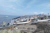 Nelayan Mataram tak melaut karena gelombang tinggi