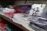 Pedagang plastik kresek di Kota Makassar siap sesuaikan harga