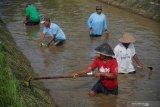 Jalan inspeksi Selokan Mataram di Sleman timur banyak yang berlubang