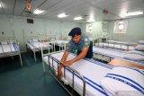 Personel TNI Angkatan Laut merapikan tempat tidur di kapal rumah sakit KRI dr Soeharso di Dermaga Madura, Komando Armada II Surabaya, Jawa Timur, Kamis (20/2/2020). Pemerintah telah menyiapkan beberapa opsi untuk menjemput 74 WNI yang menjadi kru Kapal Pesiar Diamond Princess di Jepang yang salah satunya menggunakan KRI dr Soeharso. Antara Foto/Didik/Zk