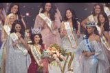 Finalis asal Sulawesi Selatan, Pricilia Carla Yules (kedua kiri) melambaikan tangan usai dinobatkan sebagai Miss Indonesia 2020 disaksikan Miss World 2019 asal Jamaika, Tony Ann-Singh (kedua kanan) dan Miss Indonesia 2019 Princess Megonondo (kedua kiri) saat malam puncak