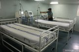 Personel TNI Angkatan Laut merapikan peralatan medis di kapal rumah sakit KRI dr Soeharso di Dermaga Madura, Komando Armada II Surabaya, Jawa Timur, Kamis (20/2/2020). Pemerintah telah menyiapkan beberapa opsi untuk menjemput 74 WNI yang menjadi kru Kapal Pesiar Diamond Princess di Jepang yang salah satunya menggunakan KRI dr Soeharso. Antara Foto/Didik/Zk