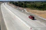 Aktivitas pekerja menyelesaikan pembangunan jalan tol ruas Banda Aceh- Sigli seksi 4 Indrapuri - Blang Bintang di Aceh, Besar, Aceh, Jumat (21/2/2020). Ruas jalan tol Sigli - Banda Aceh sepanjang 74 km merupakan tol pertama di Aceh dan bagian dari Jalan Tol Trans Sumatera (JTTS) yang pembangunannya diresmikan Presiden Joko Widodo sejak pada 14 Desember 2018 dan ditargetkan selesai pada 2022. Antara Aceh/Irwansyah Putra.